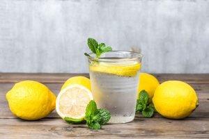 Bicchiere acqua limone dieta