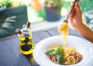 Donna mangia pasta olio