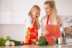 Mamma figlia cucina insieme