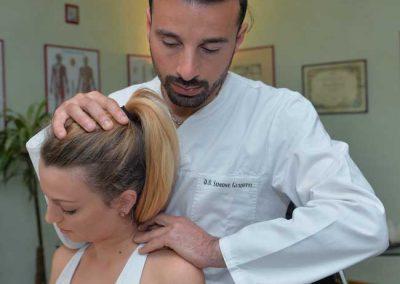 osteopata trattamento collo e testa ragazza