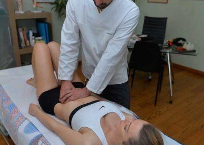 Osteopata trattamento addome ragazza