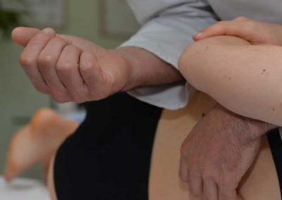 Osteopata tratta bacino ragazza