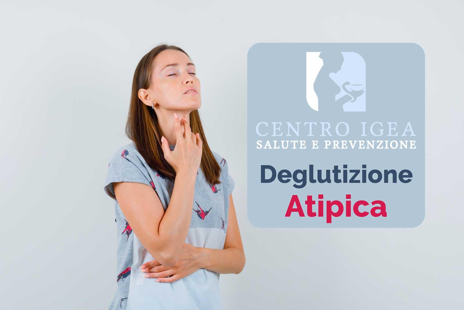 Donna mano sulla gola deglutizione atipica